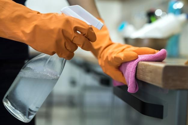 台所のカウンターを掃除するゴム手袋の女性