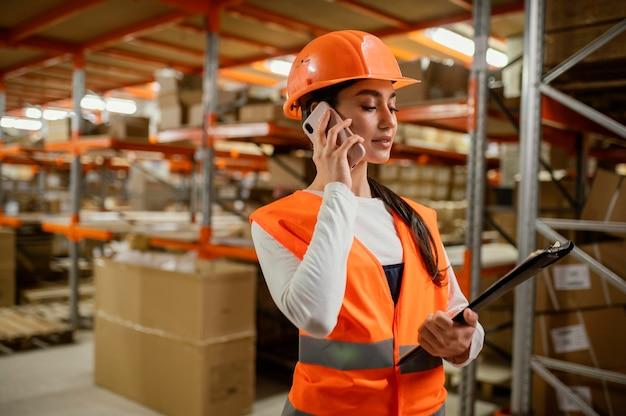 職場の安全装置の女性