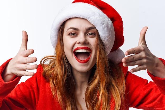 サンタコスチュームホリデークリスマス感情ポーズの女性