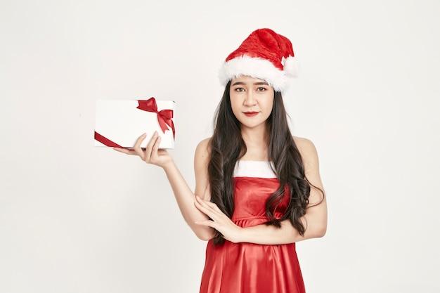 プレゼントを持ってサンタ帽子の女