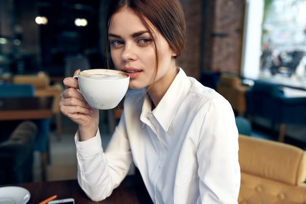 카페 테이블에 셔츠에 여자