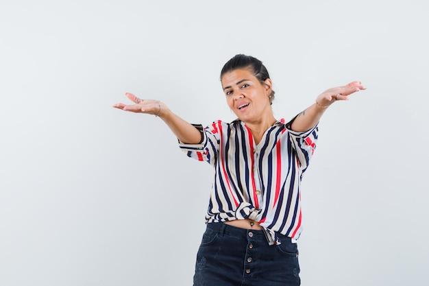 Женщина в рубашке, юбке, раскрывающей руки для объятий и радостной