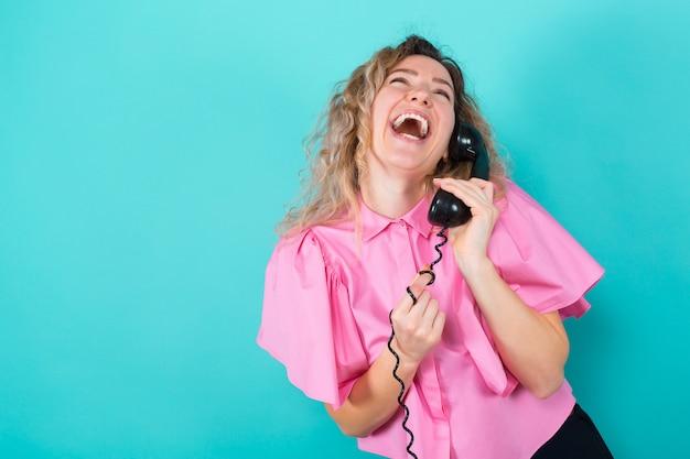 電話でシャツの女性