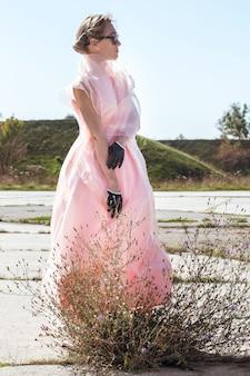 Женщина в коротких черных перчатках с белым жемчугом