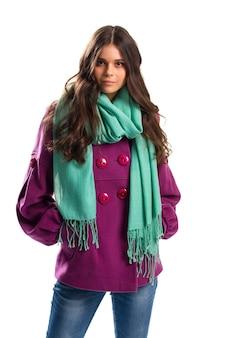 짧은 보라색 코트를 입은 여자. 프린지가 있는 청록색 스카프. 최고의 품질의 플리스 아우터. 가을 룩북의 새 옷.