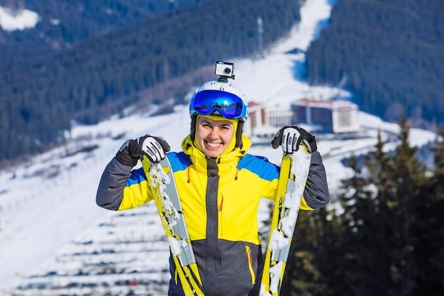 Женщина в лыжном снаряжении на вершине холма. образ жизни