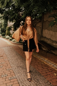 Женщина в юбке на открытом воздухе мода летний стиль гламурный