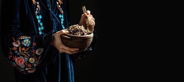 전통적인 kutia와 슬라브 지주 그릇에 여자