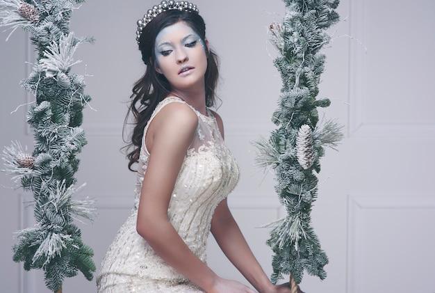 雪の女王の衣装を着た女性