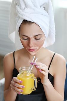 フレッシュジュースを飲むスパの女性 無料写真