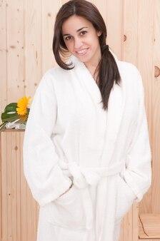 Женщина в спа или сауне после процедуры для тела или массажа