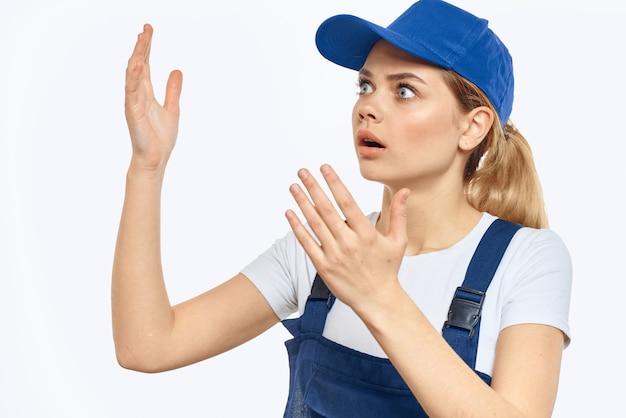 Женщина в специальной одежде доставляет человеку и грузчику бесконтактный курьер