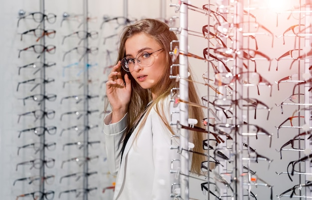 眼鏡の女性。視力矯正。眼鏡をかけている女の子。眼鏡を修正する際の女性の肖像画。閉じる。