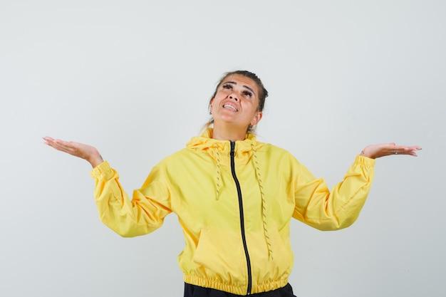 スポーツスーツを着た女性が腕を広げ、見上げて希望に満ちた正面図。