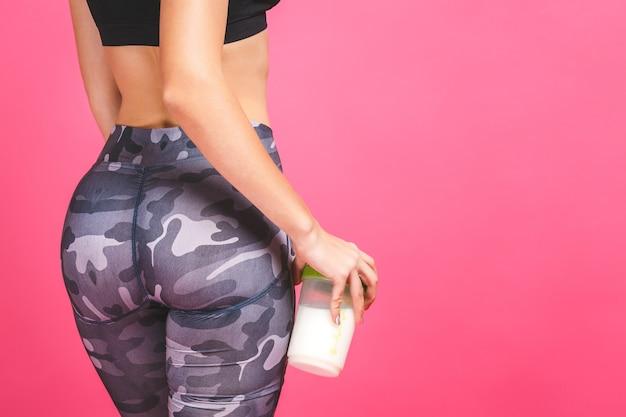 Женщина в спортивной одежде расслабляется после тренировки