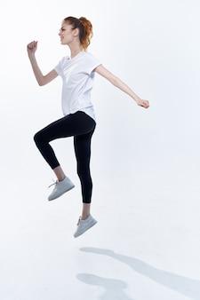 スポーツユニフォームの女性大きなエネルギーライフスタイルジャンプ明るい背景