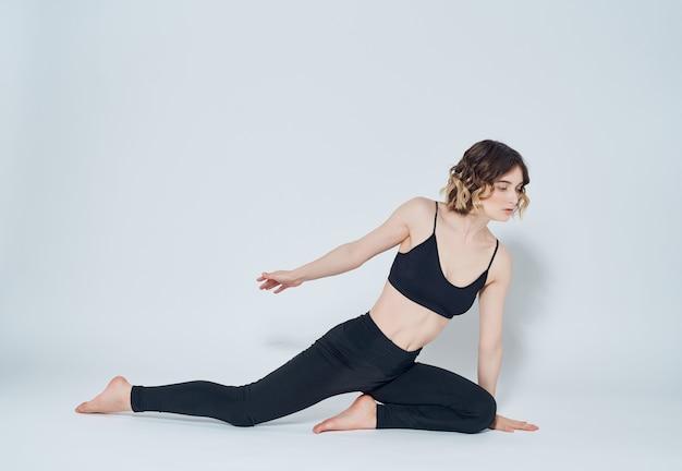 スポーツユニフォームの女性は、アーサナのアクティブなライフスタイルを行使します