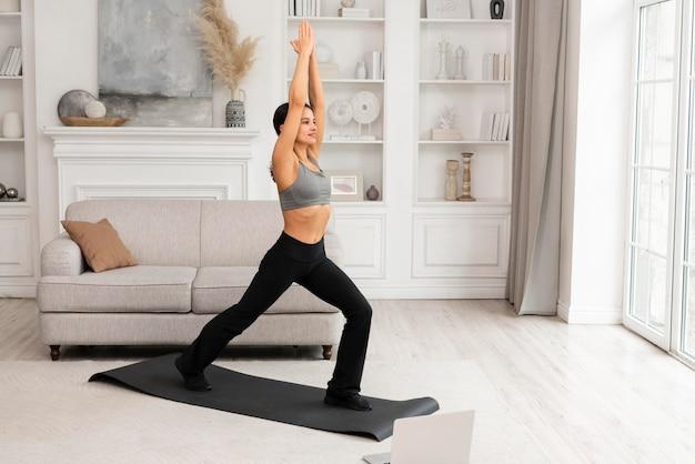 Женщина в спортивной одежде, упражнения дома Бесплатные Фотографии