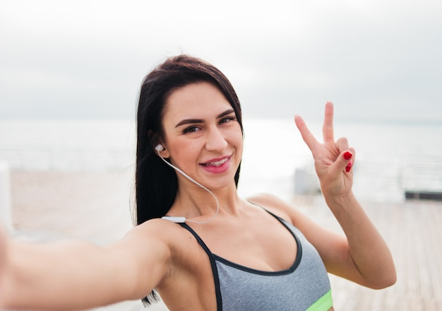 ビーチでスポーツウェアの女性