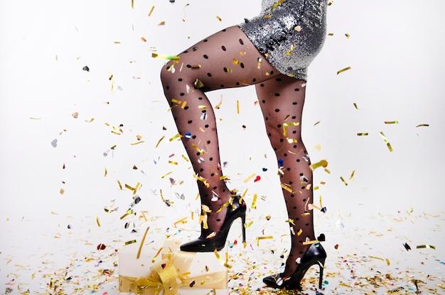 새 해 전날을 축 하하는 스타킹 여자