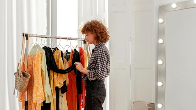 服を試着している店の女性