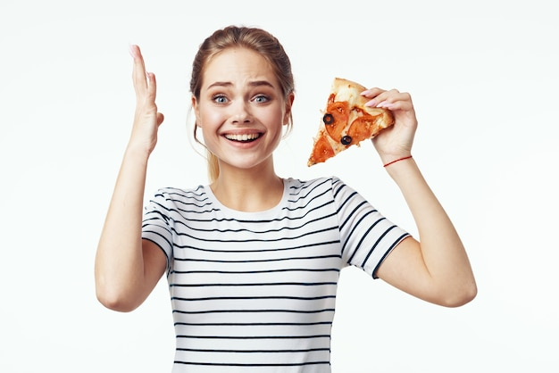 Женщина в полосатой футболке, пицца, диета, закуска, нездоровая пища