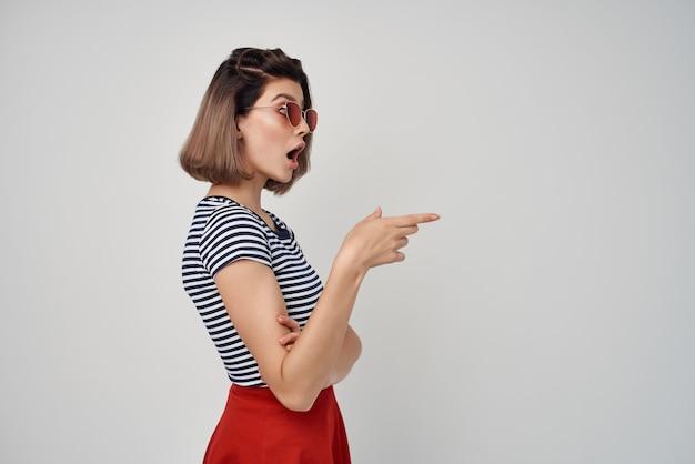 ストライプのtシャツサングラス赤いスカートのファッションの女性