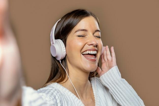 音楽を聴いているスタジオの女性