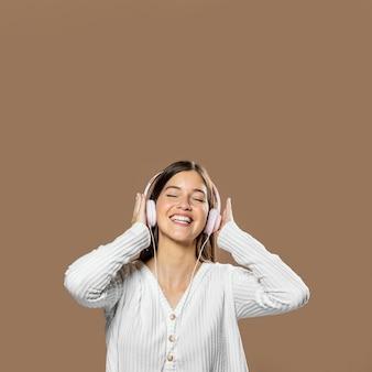 Женщина в студии, слушает музыку