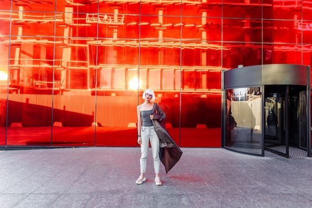 赤のスタイリッシュなメガネの女性。