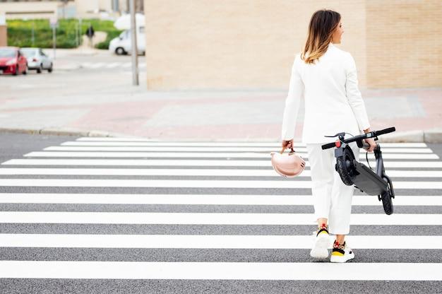 スーツと電動スクーターの女性