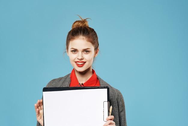 Женщина в костюме документы элегантный стиль офисного чиновника