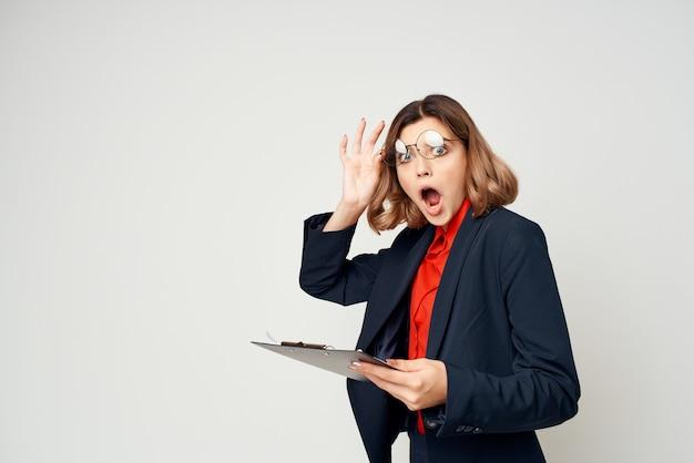 スーツを着た女性が公式マネージャーの仕事を記録