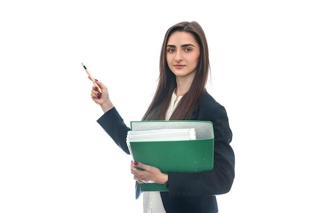 Женщина в костюме, держащая изолированную папку