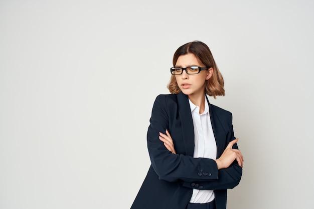 スーツの女性の公式実業家のポーズ