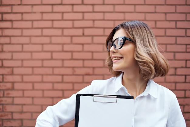 公式の仕事の成功の仕事の明るい背景の外でスーツを着た女性