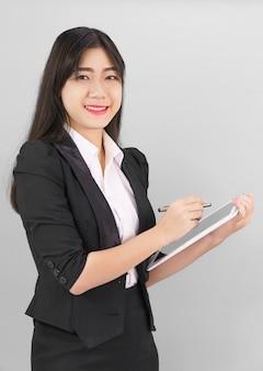 Женщина в костюме с помощью своего цифрового планшета