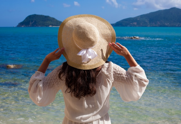 밀 짚 모자와 여름 드레스 여자