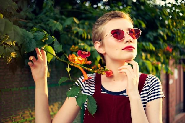 꽃 포즈 라이프 스타일 근처 거리에 선글라스에 여자
