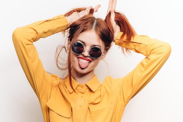 Женщина в солнцезащитных очках, белый фон, радость и удивление