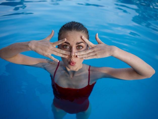 수영장에서 수영복에 여자는 얼굴 감정 근처에 손을 보유