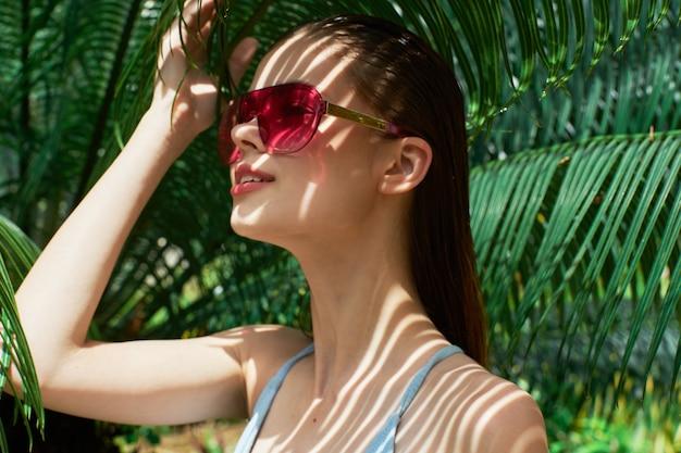島の水着の女性エキゾチックなジャングル旅行日焼け