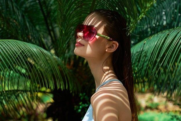 緑の島の水着の女性はジャングルの夏を残します