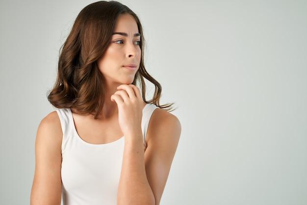 Tシャツの髪型ファッションスキンケアポーズの女性