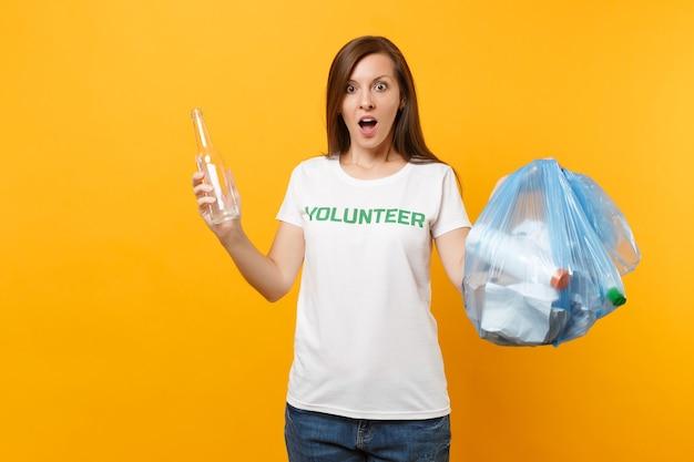 Женщина в футболке волонтер, мешок для мусора, изолированные на желтом фоне. добровольная бесплатная помощь, благотворительность. проблема загрязнения окружающей среды. остановите концепцию защиты окружающей среды мусора природы.
