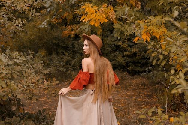 秋の服を着た後ろの女性.blogger