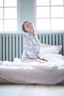 침대에있는 여자