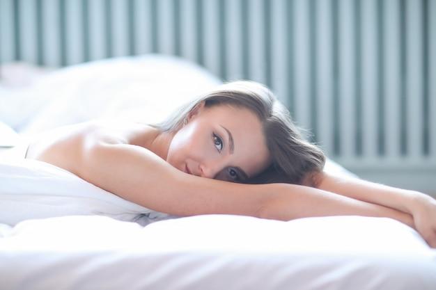Женщина на кровати