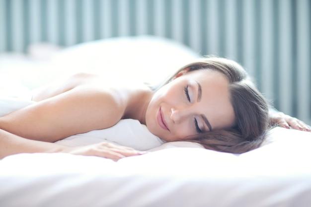 ベッドの上の女性