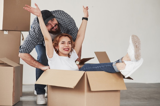 Женщина в бо чувствует себя хорошо. счастливая пара вместе в своем новом доме. концепция переезда